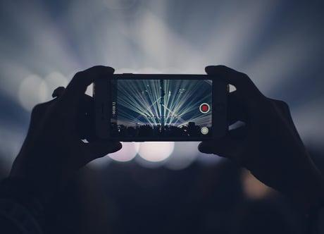Ein Video als Hintergrund auf der Homepage einbinden: wie und warum?