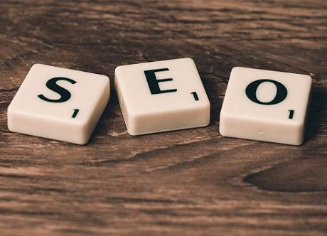 Wie baut man eine erfolgreiche und grundlegende SEO-Strategie für eine kommerzielle Website auf?